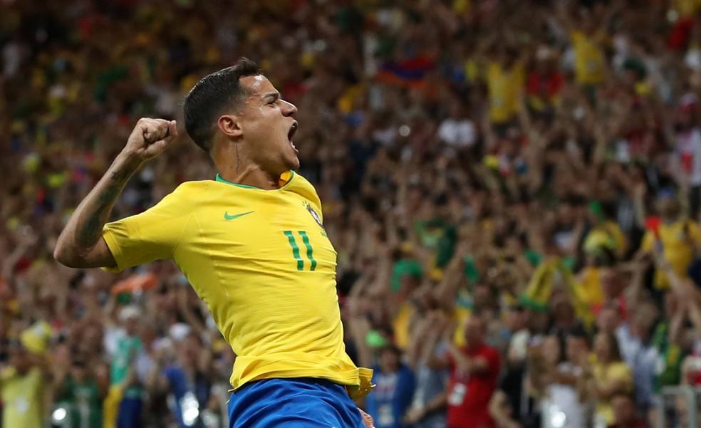 Coutinho dá um soco no ar após abrir o placar a favor do Brasil (Foto: Reuters)