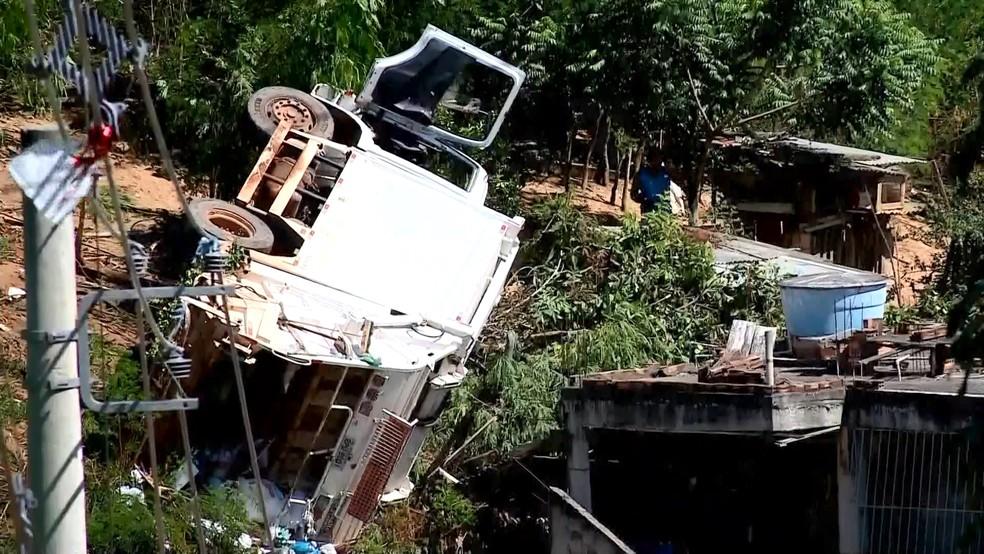 Caminhão perde freio e caí em barranco de Colatina, no ES — Foto: Heber Thomaz/ TV Gazeta