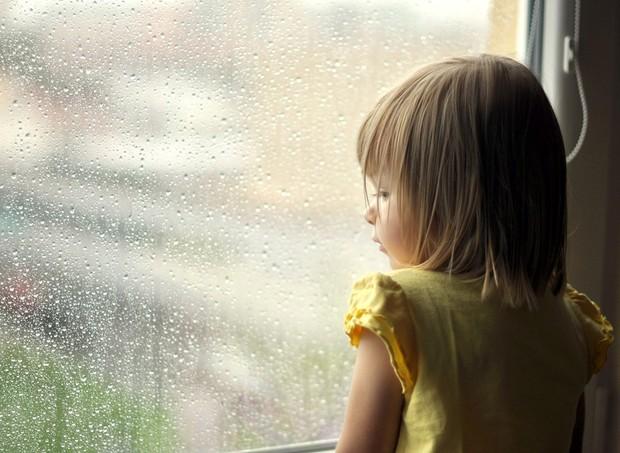 crianca_triste_janela (Foto: Shutterstock)