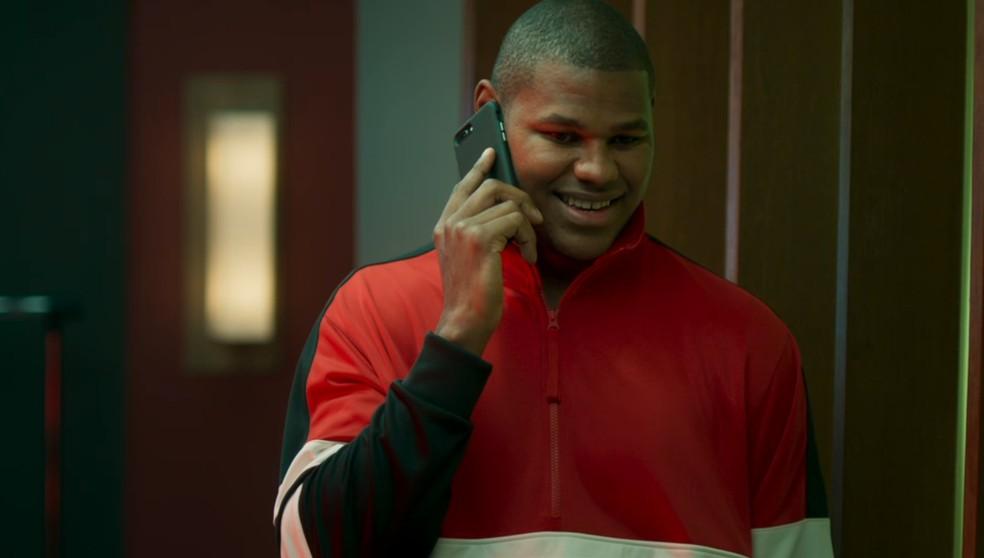 Cristiano Felício convida Ramon (David Junior) para voltar a trabalhar no Chicago Bulls em 'Bom Sucesso' — Foto: Globo
