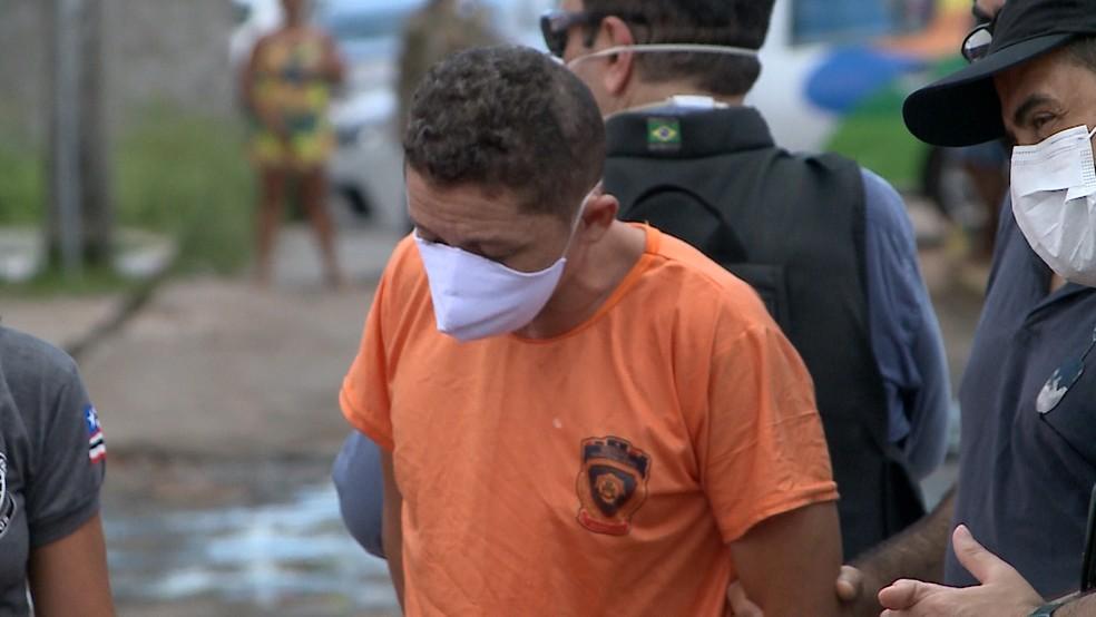 Raimundo Cláudio, suspeito do crime, esteve no local participando da reconstituição — Foto: Reprodução/TV Mirante