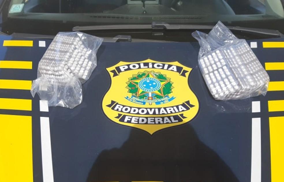 Droga estava distribuída em 100 cartelas com 15 comprimidos cada — Foto: Divulgação/PRF
