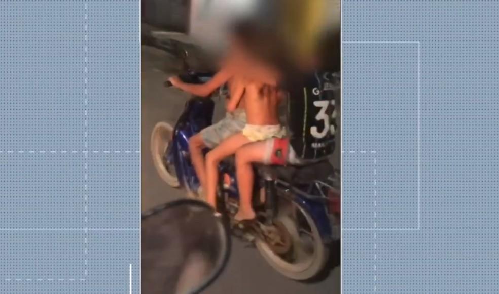Crianças foram flagradas sozinhas e sem capacete em motocicleta, no interior do RN — Foto: Reprodução