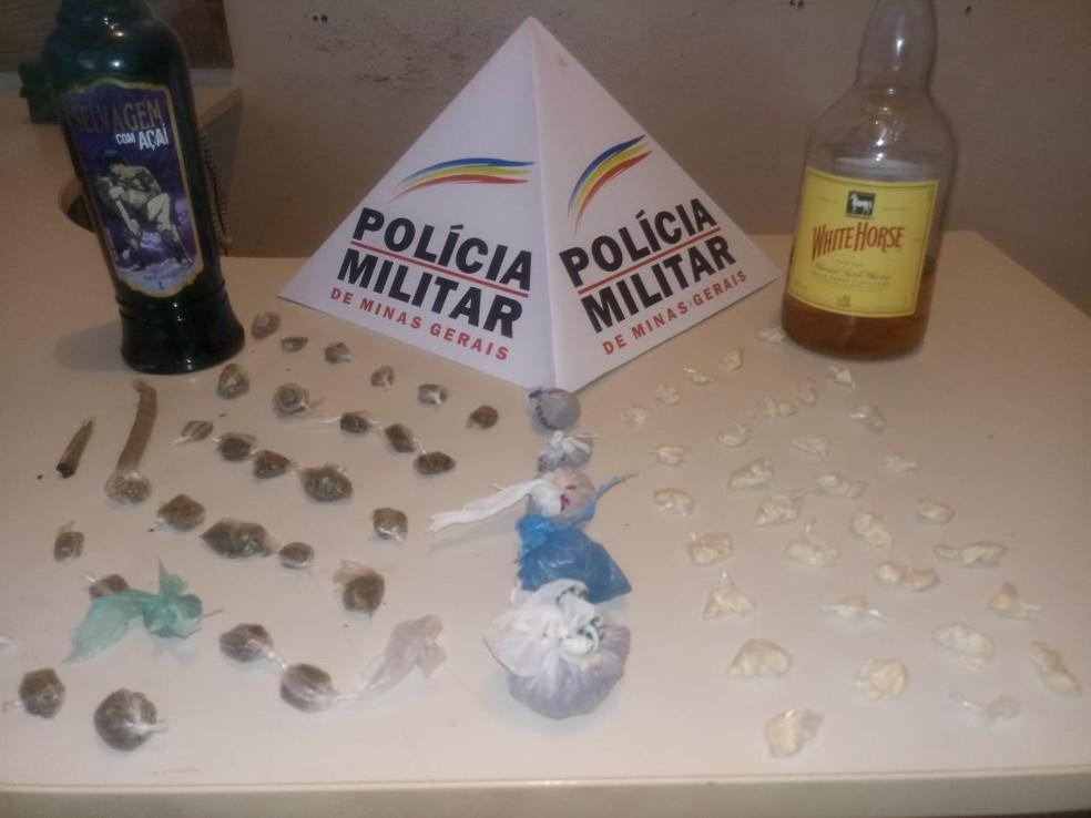 Militares apreenderam garrafas de bebida alcóolica, porções e cigarros de maconha e papelotes de cocaína  (Foto: Polícia Militar/Divulgação)