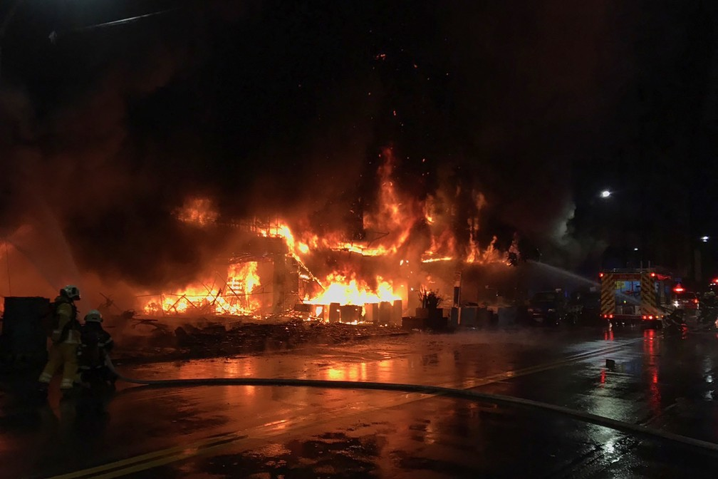 Bombeiros lutam contra incêndio que destruiu um prédio na cidade de Kaohsiung, no sul de Taiwan, matando pelo menos 46 pessoas e ferindo dezenas de outras em 14 de outubro de 2021 — Foto: Corpo de Bombeiros de Kaohsiung via AFP