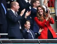 """William e Kate são """"modernos"""" na criação de George e querem que ele tenha """"uma vida normal"""" antes de ser rei"""