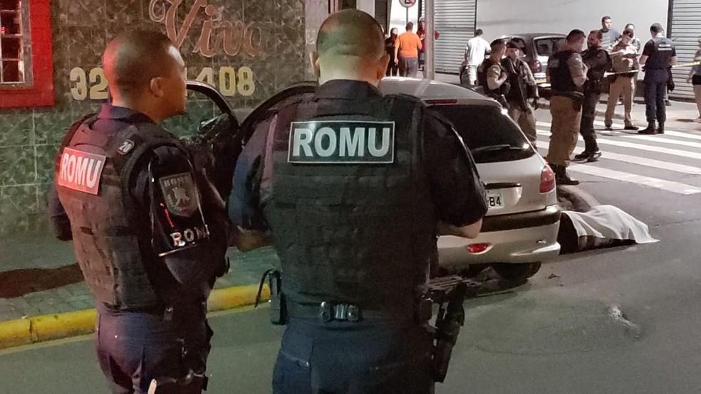 Motorista bate carro depois de levar 16 tiros enquanto dirigia no Paraná — Foto: Divulgação/Guarda Municipal