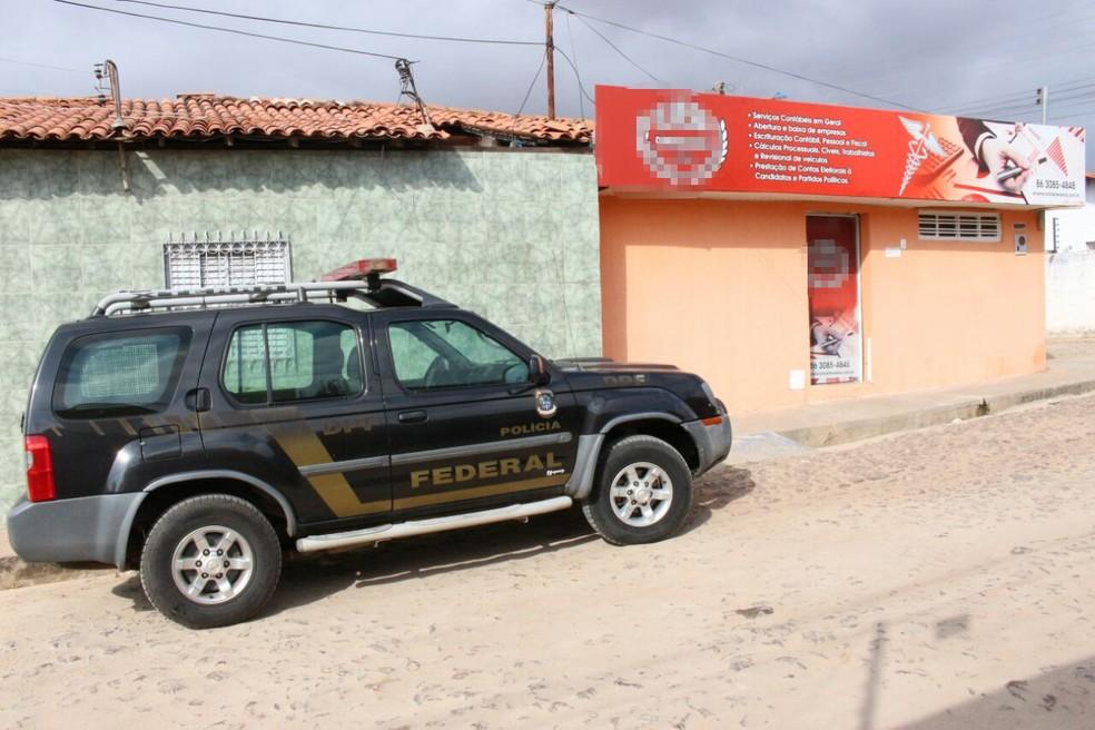 Polícia Federal cumpre mandados em um escritório de contabilidade (Foto: Junior Feitosa/G1)