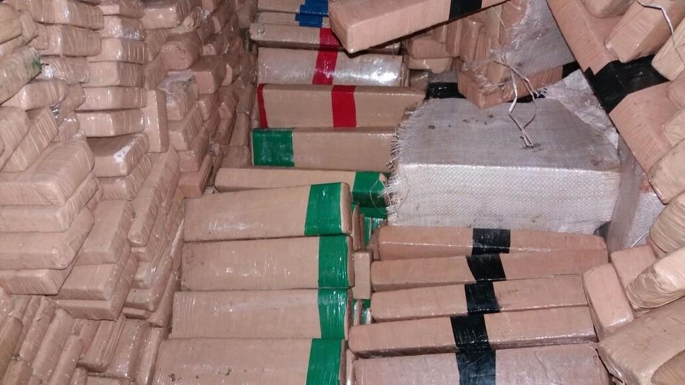 Centenas de tabletes de maconha foram encontrados em caminhão em SP (Foto: Divulgação/PRF)