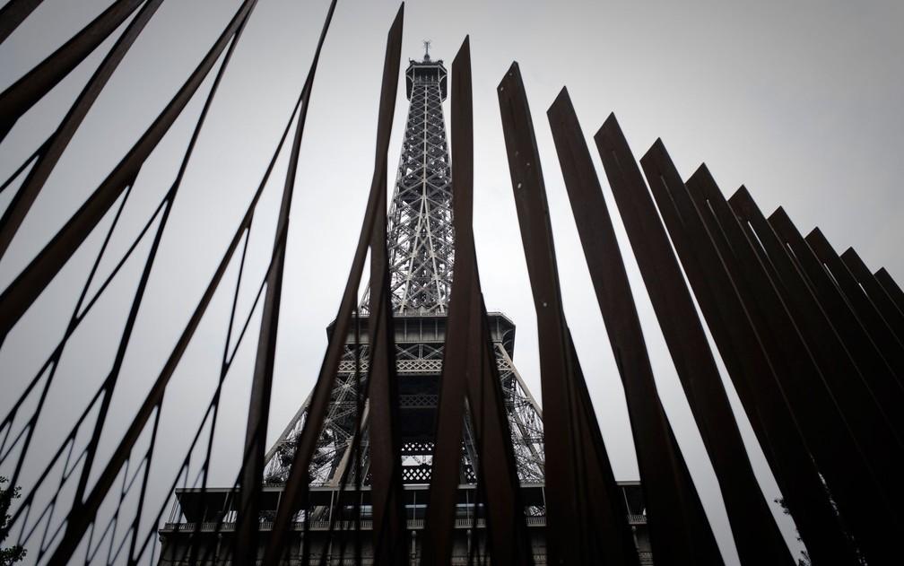 Parte das novas grades de ferro que cercam a Torre Eiffel, em Paris, em foto de quinta-feira (14) (Foto: Philippe Lopez/AFP)