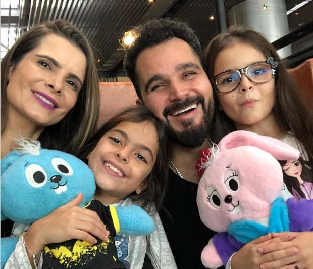 Luciano Camargo com a família  (Foto: reprodução Instagram)