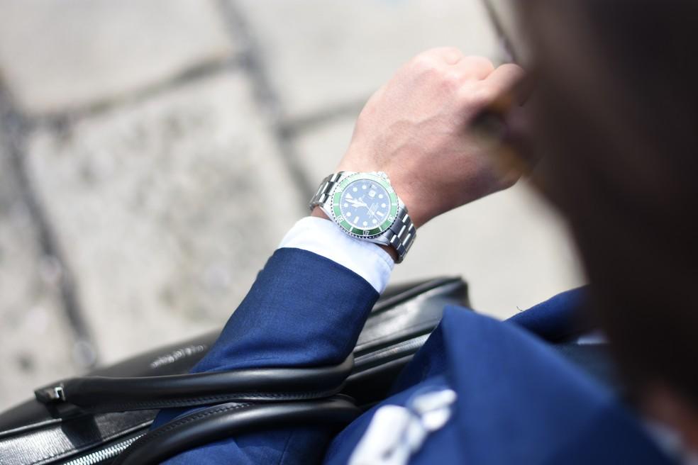 Relógios devem ser atrasados em uma hora à meia noite de sábado para domingo — Foto:  Andrea Natali/Unsplash