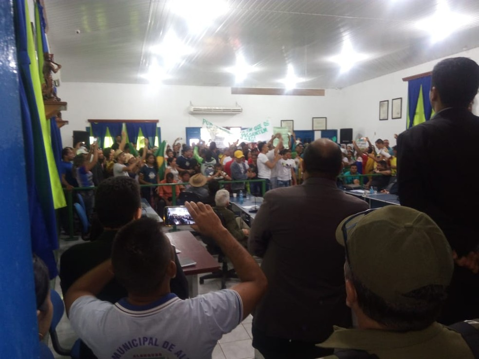 Dentro da Câmara Municipal, manifestantes cobram atuação mais eficientes dos vereadores contra descaso do governo (Foto: Hilton Rodrigues/Arquivo pessoal)