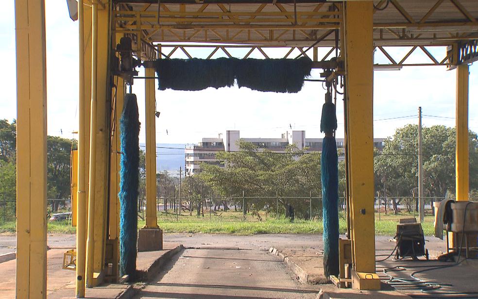 Lava a jato comprado em 2016 pelo GDF está inutilizado na garagem da TCB (Foto: TV Globo/Reprodução)