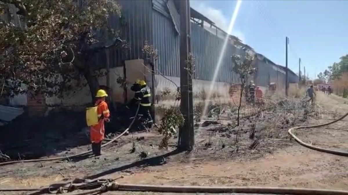 Galpão com borracha triturada pega fogo no distrito industrial de Araguaína