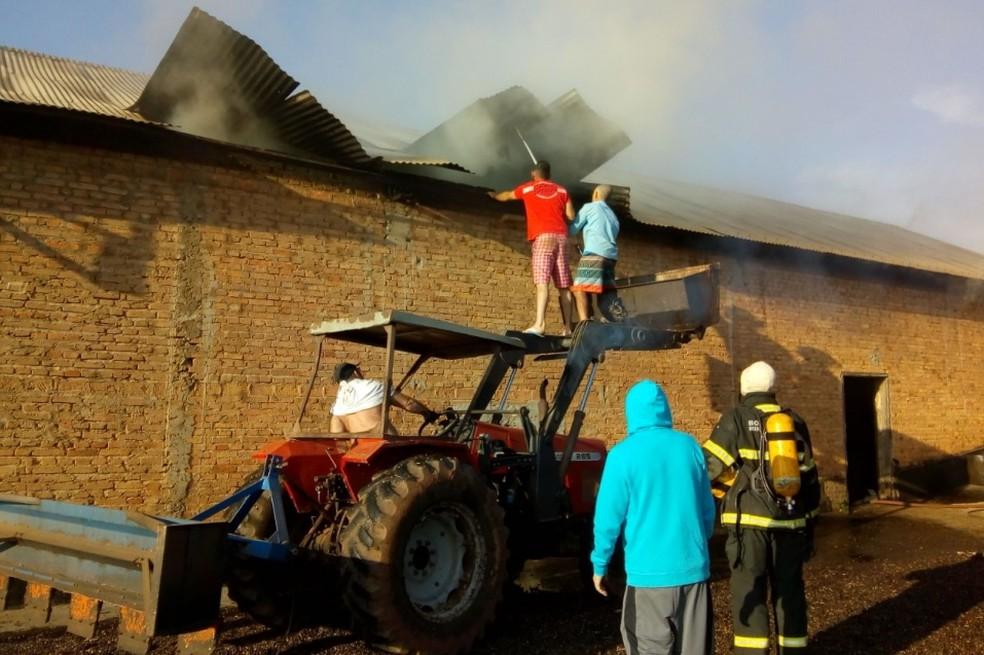 Incêndio destrói sacas de café na zona rural de Campestre (Foto: Corpo de Bombeiros)