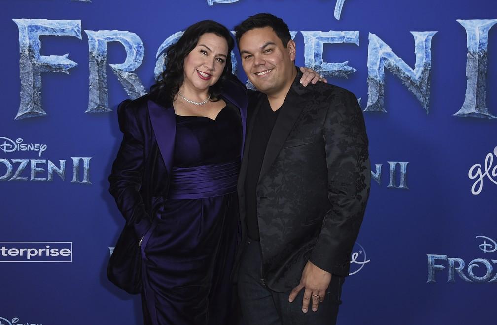 """Kristen Anderson-Lopez e Robert Lopez, compositores das músicas da franquia de """"Frozen"""", posam no tapete vermelho em Los Angeles — Foto: Jordan Strauss/Invision/AP"""