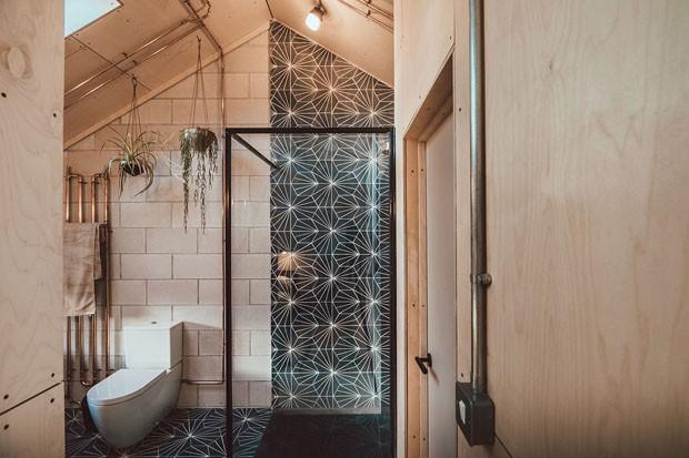 Décor do dia: concreto, madeira e piso de ladrilho no banheiro