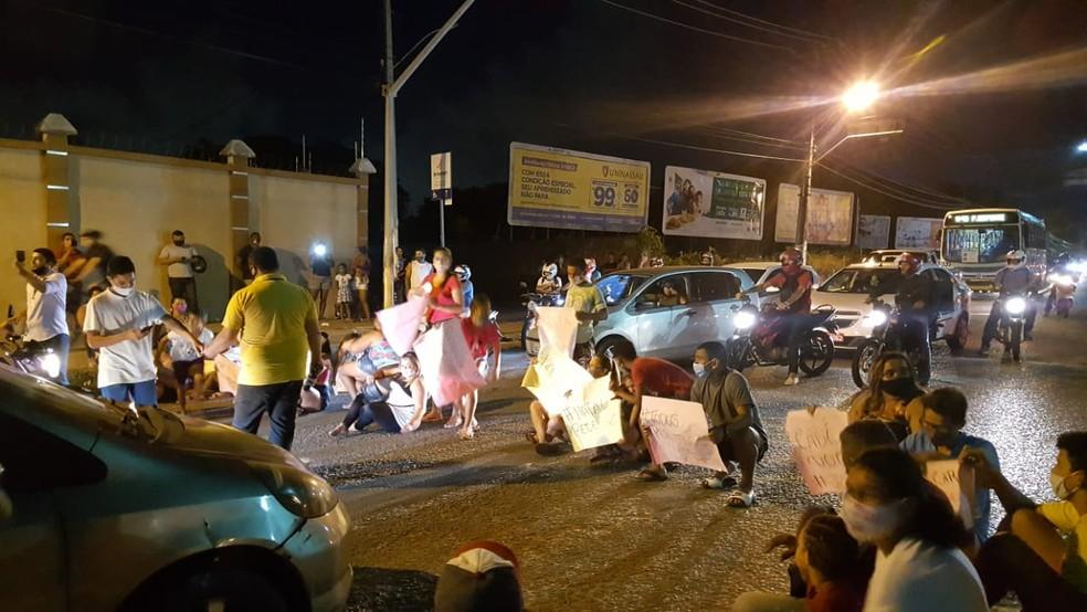Protesto aconteceu no fim da tarde desta quarta-feira — Foto: Sara Cardoso/Inter TV Cabugi