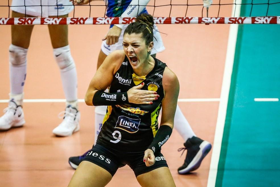 Rosamaria, do Praia do Clube, bate no peito e comemora ponto contra o Minas na final da Superliga — Foto: Gaspar Nóbrega