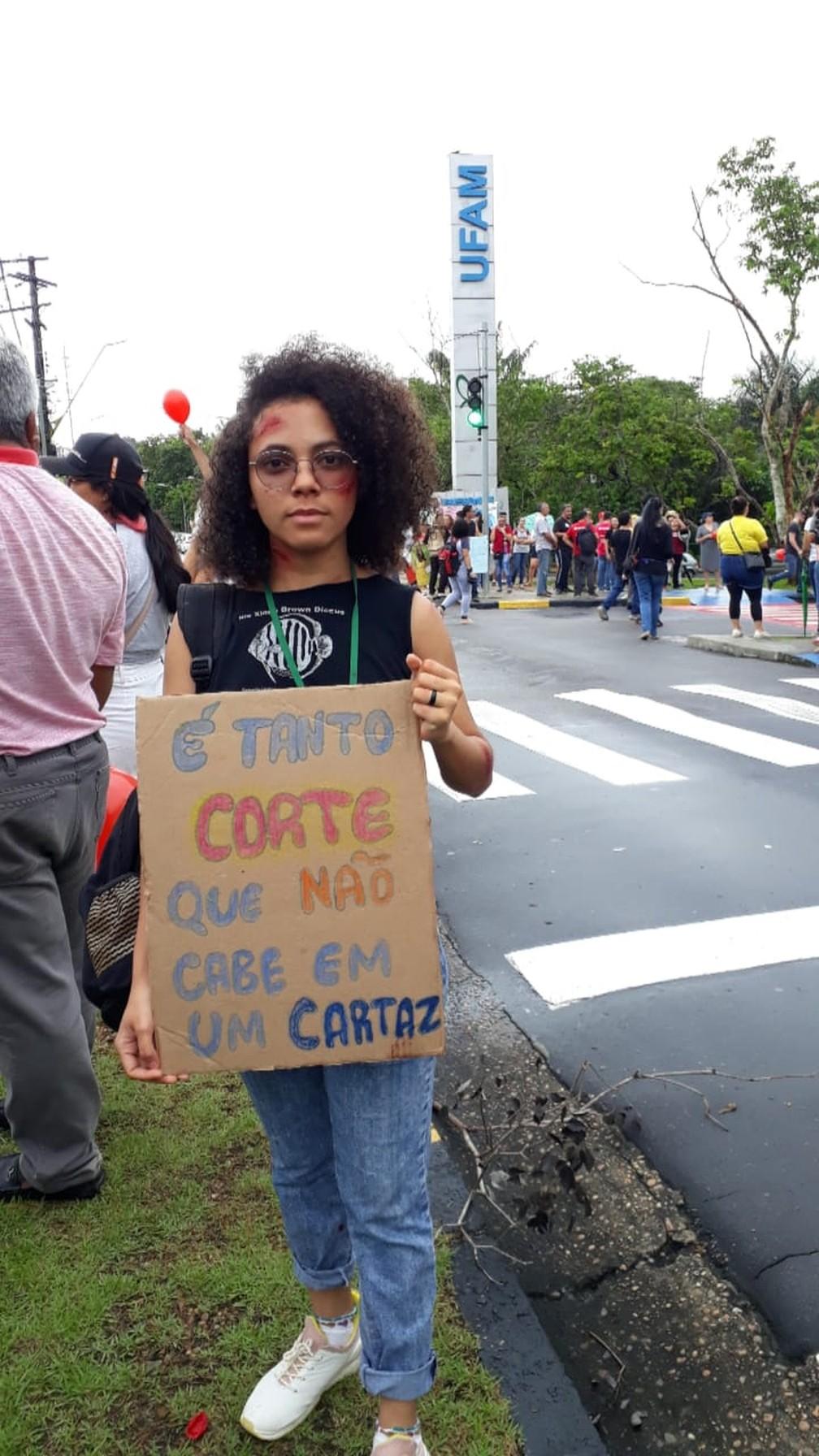 Manaus - estudantes e professores fazem protesto contra bloqueios na educação — Foto: Eliana Nascimento/G1 AM
