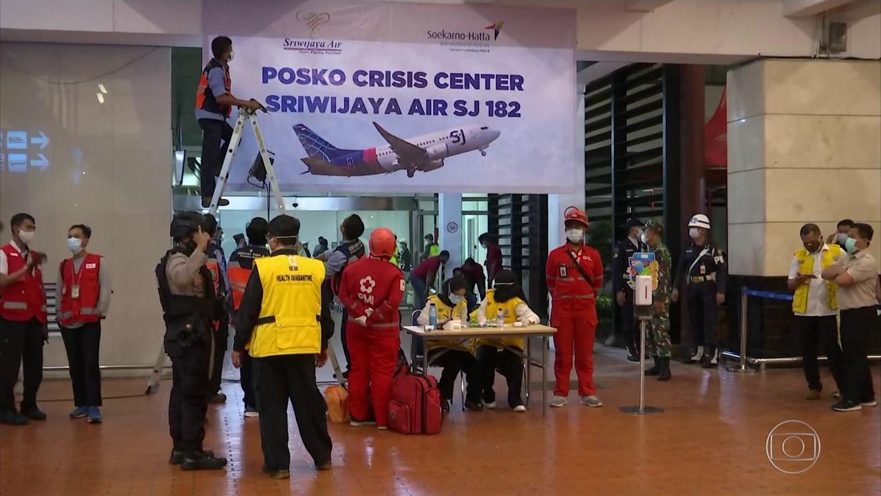 Mergulhadores buscam por sobreviventes em queda de avião na Indonésia