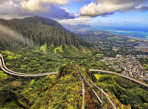 Escadas Haiku, O'ahu, Havaí – Este passeio exige disposição e preparo: são 3.922 degraus pelas colinas da montanha Puukeahiakahoe, a mais de 850 metros de altitude. Mas o que importa mesmo é a vista indescritível como recompensa (Foto: Reprodução/BlogBlux)