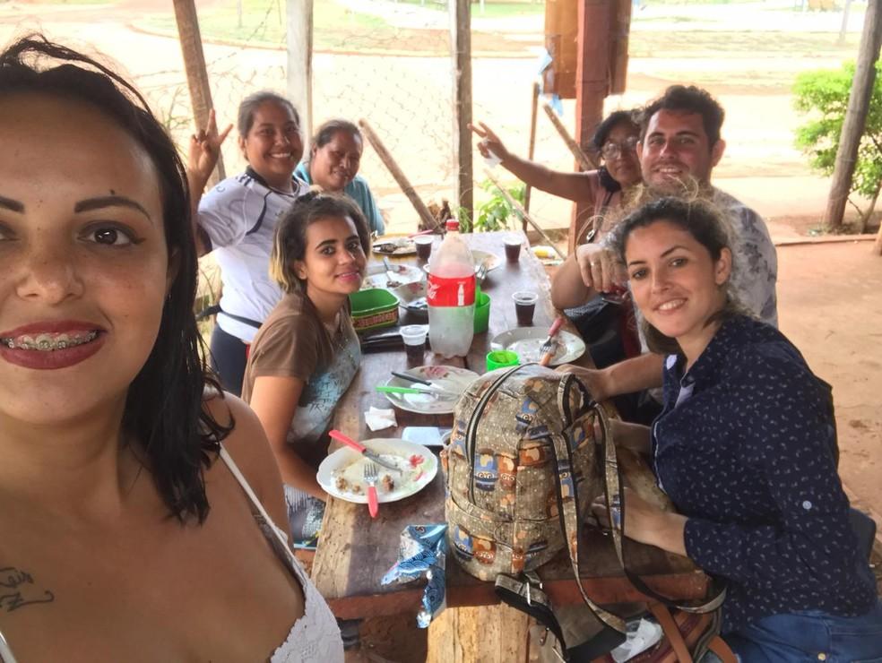 Danilo e amigas almoçam no município de Águas Calientes, na Bolívia, antes de chegarem na fronteira com o Brasil  Foto: Danilo Arguelho/Arquivo Pessoal