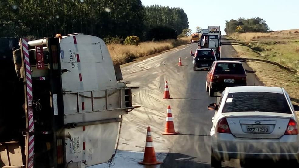 Carreta carregada de óleo vegetal tomba e deixa trânsito lento na BR-163 (Foto: Infoco MS)