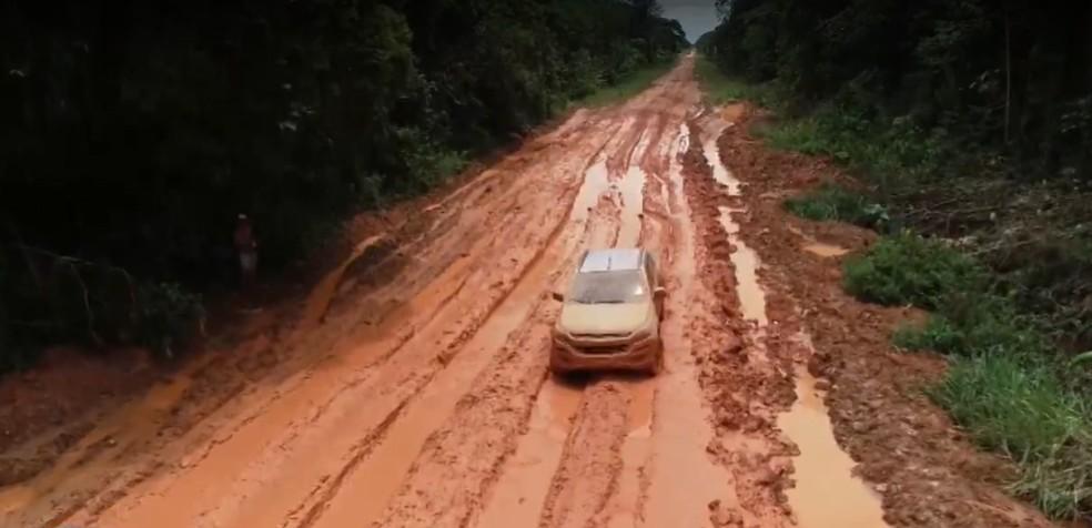 Carro atolado na BR-319 no trecho conhecido como 'toca da onça'  — Foto: Rede Amazônica/Reprodução