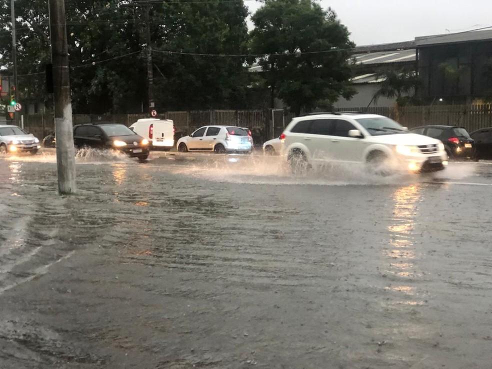 Porto Alegre amanheceu com alagamentos devido à chuva intensa — Foto: Matheus Felipe/RBS TV