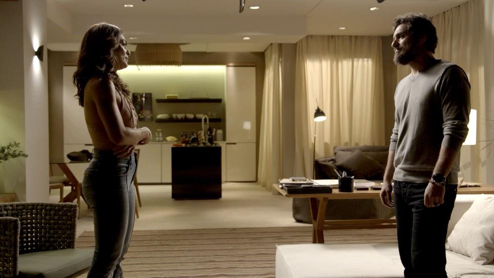 Em 'A Força do Querer', Caio (Rodrigo Lombardi) chama Bibi (Juliana Paes) para uma conversa franca — Foto: TV Globo