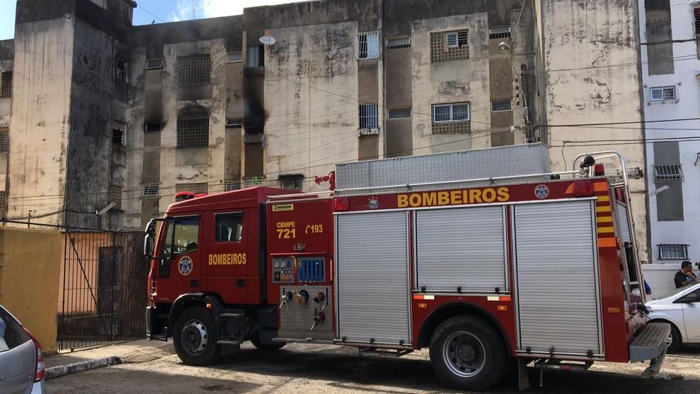 Corpo de Bombeiros atenderam ao chamado de incêndio em apartamento em Jardim Atlântico, em Olinda (Foto: Elvys Lopes/TV Globo)