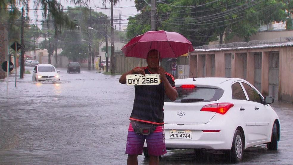 Diversos motoristas perderam placas de veículos por causa de alagamentos no Grande Recife — Foto: Reprodução/TV Globo