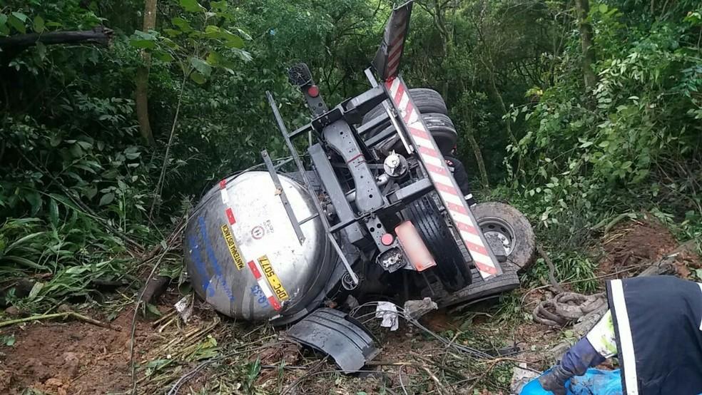 Veículo capotou após o acidente, e o motorista morreu no local  — Foto: Divulgação/PRF