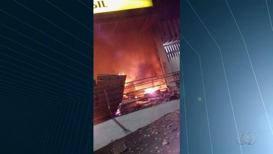 Assaltantes explodem três agências bancárias e uma dos Correios, roubam joalheria e incendeiam caminhonete em Ipameri