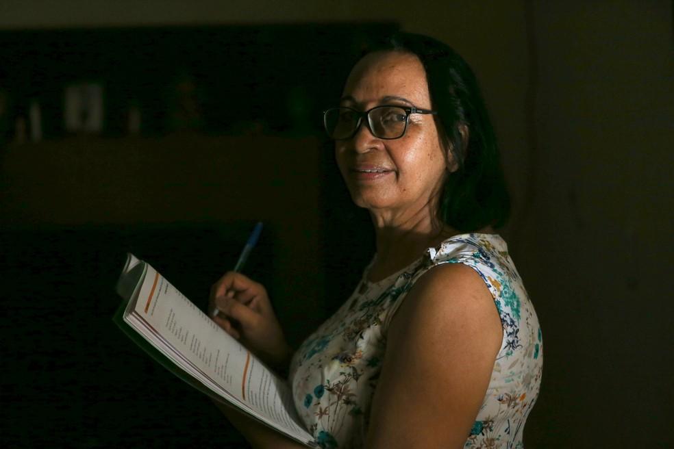 Raimunda do Carmo deixou de estudar, em 1980,  quando casou e teve filho. Ela retornou os estudos e concluiu o Ensino Médio em 2018.  — Foto: Natinho Rodrigues/SVM
