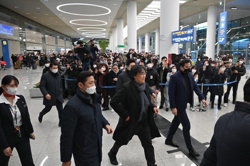 O diretor sul-coreano Bong Joon-ho (centro) chega ao Aeroporto Internacional de Incheon, na Coréia do Sul — Foto: Ed Jones/AFP