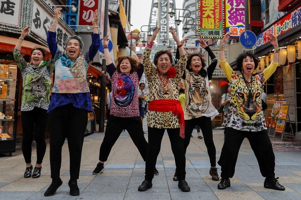 Mulheres do grupo 'Obachaaan', com cantoras de meia idade, dançam para dar boas vindas a líderes que irão participar do G20 em Osaka — Foto: Jorge Silva/Reuters