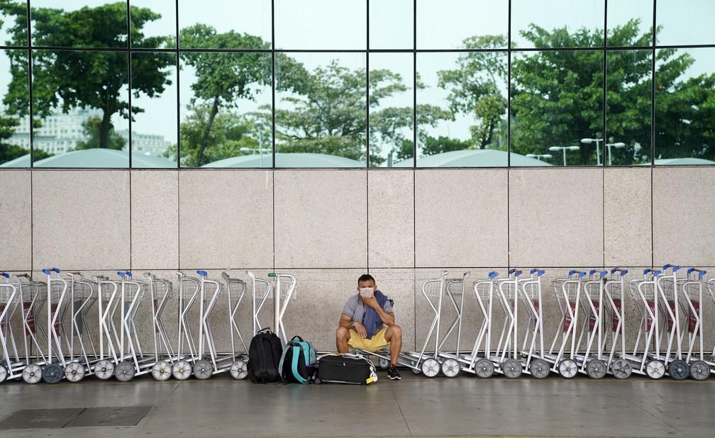 30 de março - Homem solitário usa máscara no aeroporto Santos Dumont — Foto: Marcos Serra Lima/G1