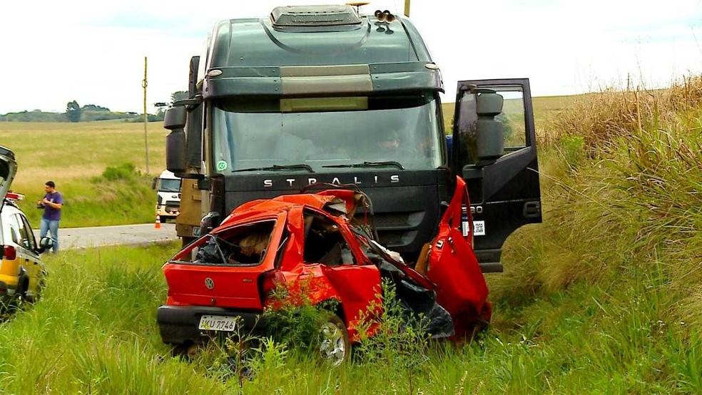 Acidente entre carro e carreta aconteceu na RS-324, em Passo Fundo â?? Foto: Reprodução/RBS TV