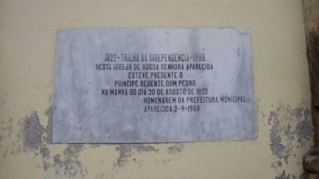 Pontos por onde Dom Pedro passou foram marcados por monumentos, como este obelisco em Pindamonhangaba (Foto: Divulgação/BBC)
