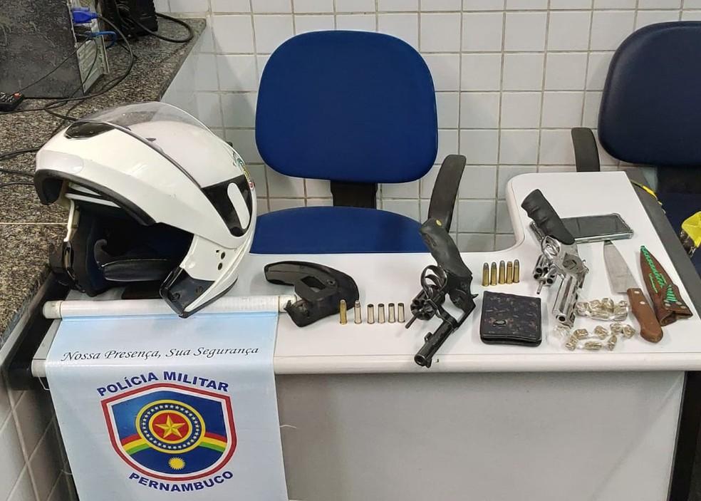 Revólveres e drogas foram apreendidas pela PM em Jaboatão dos Guararapes — Foto: Polícia Militar/Divulgação