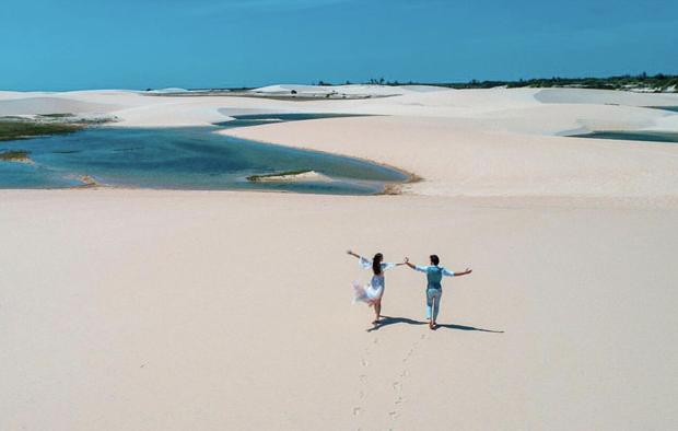 Ensaio de fotos do casal de atores Camila Queiroz e Klebber Toledo nas dunas de Jericoacoara, no Ceará (Foto:  Instagram/Reprodução)