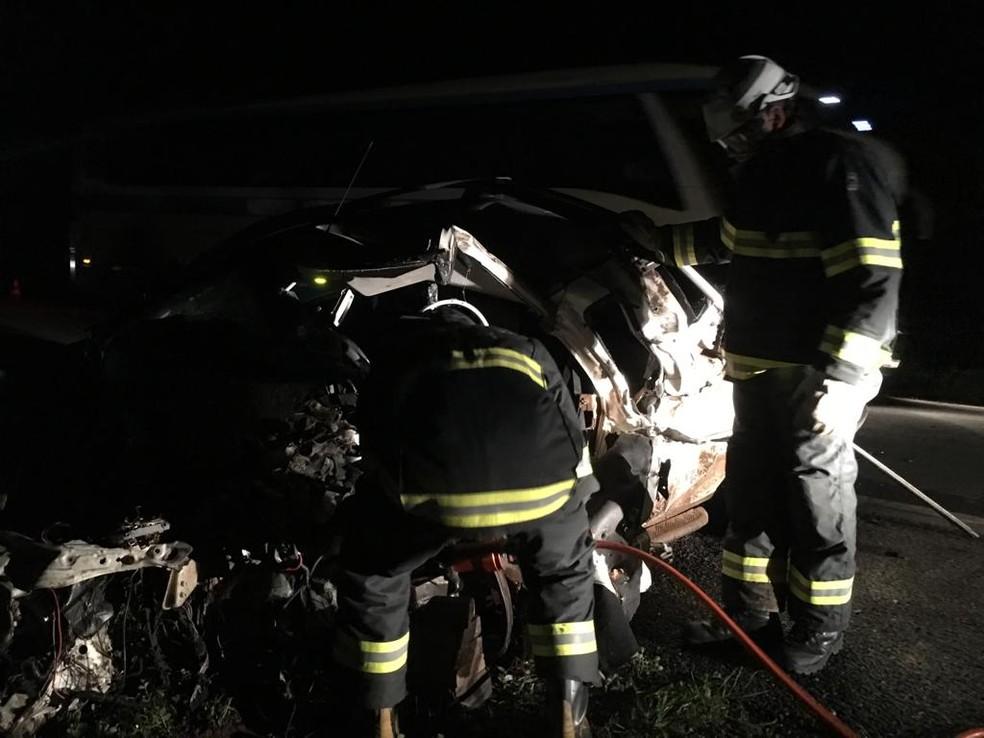 Corpo de Bombeiros esteve na BR-242 para socorrer as vítimas — Foto: Gazeta 5