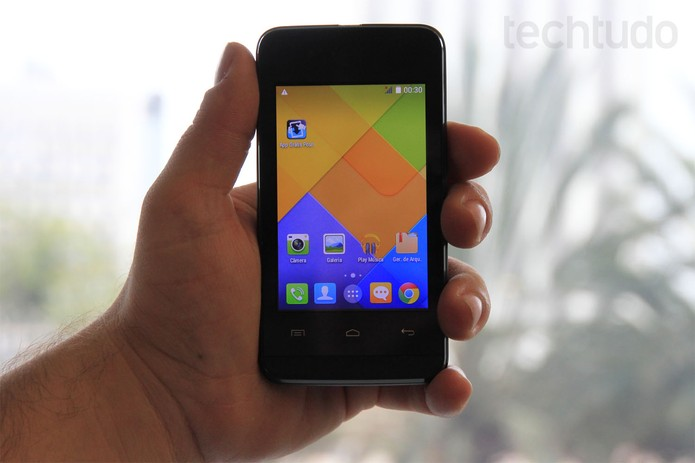Positivo S380, o smartphone de entrada com Android 4.4 (Foto: Isadora Díaz/TechTudo)
