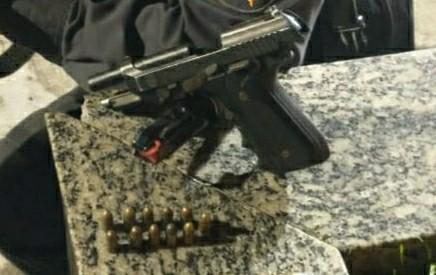 Homem é preso por ameaçar esposa com arma em Resende