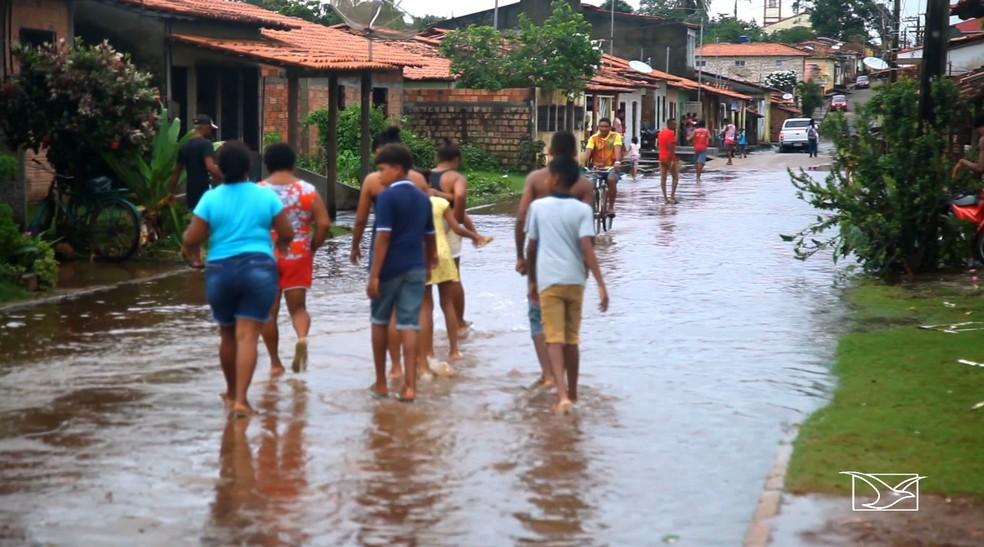 Mais de 300 famílias de Pinheiro tiveram casas inundadas por conta do rompimento da barragem do Rio Pericumã.  — Foto: Reprodução/TV Mirante