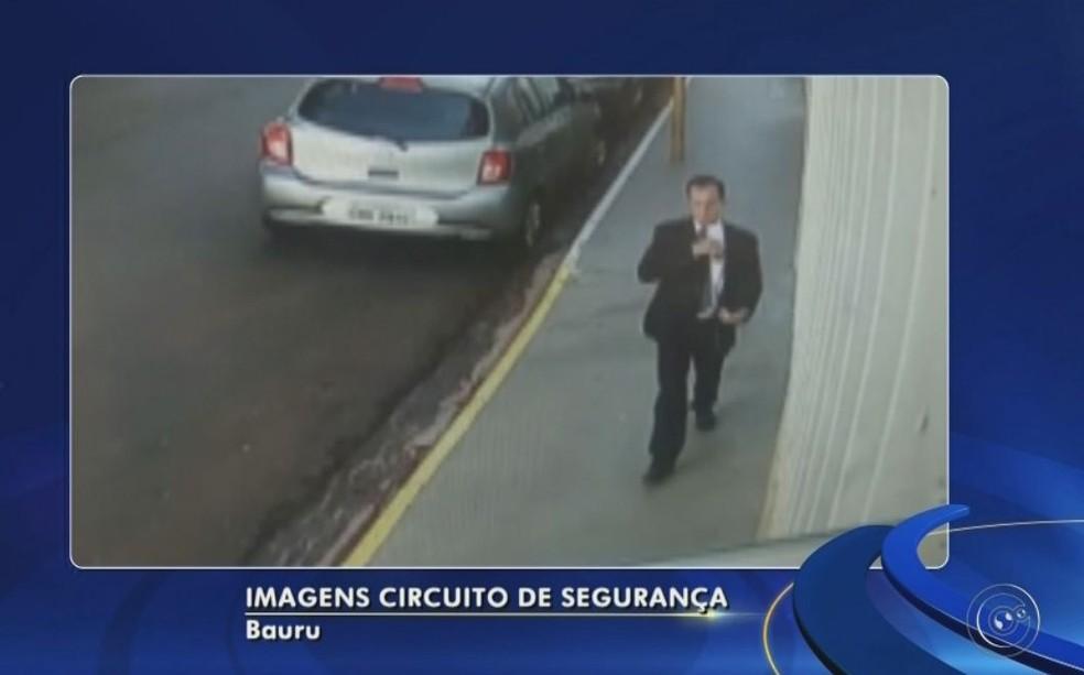 Imagens mostram o empresário saindo da igreja  (Foto: Reprodução/ TV TEM )