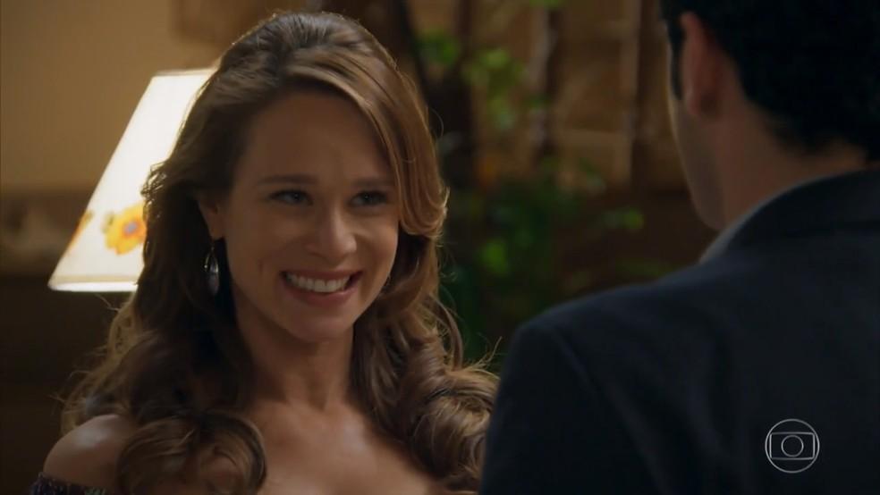 Tancinha (Mariana Ximenes) aceita pedido de casamento de Beto (João Baldasserini) - 'Haja Coração' — Foto: Globo